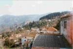 Οι γειτονιές Σαριδιανά (κάτω) και Κεφάλα (πάνω) των Λάκκων. Σε πρώτο πλάνο (κάτω αριστερά) τα Μπιμπιανά, μια από τις παλιότερες γειτονιές του χωριού.