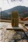 Μνημείο στην αυλή του Αγίου Αντωνίου, στη μνήμη των είκοσι τριών Λακκιωτών που άφησαν την τελευταία τους πνοή στα ναζιστικά στρατόπεδα συγκέντρωσης. Στο βάθος (πίσω και αριστερά του μνημείου), βρίσκεται το μακρόστενο κτίριο του δημοτικού σχολείου, το οποίο έπαψε να λειτουργεί από τα μέσα της δεκαετίας του 1980. Στη κορυφή του λόφου Πάνω Σαβουρέ (στο βάθος), διατηρούνται, σε σχετικά καλή κατάσταση, τα ερείπια ενός ακόμη πύργου από την εποχή της τουρκοκρατίας.