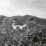 Η εκκλησία του Αγίου Σταυρωμένου στην περιοχή Αγιάς Κυδωνίας Χανίων. Στις 22-4-1819 είκοσι Λακκιώτες, αφού πολιορκήθηκαν παγιδευμένοι στο εσωτερικό της εκκλησίας, σκοτώθηκαν όλοι, κατασφαγμένοι από πολλαπλάσιες δυνάμεις Τούρκων, θύματα προδοσίας.